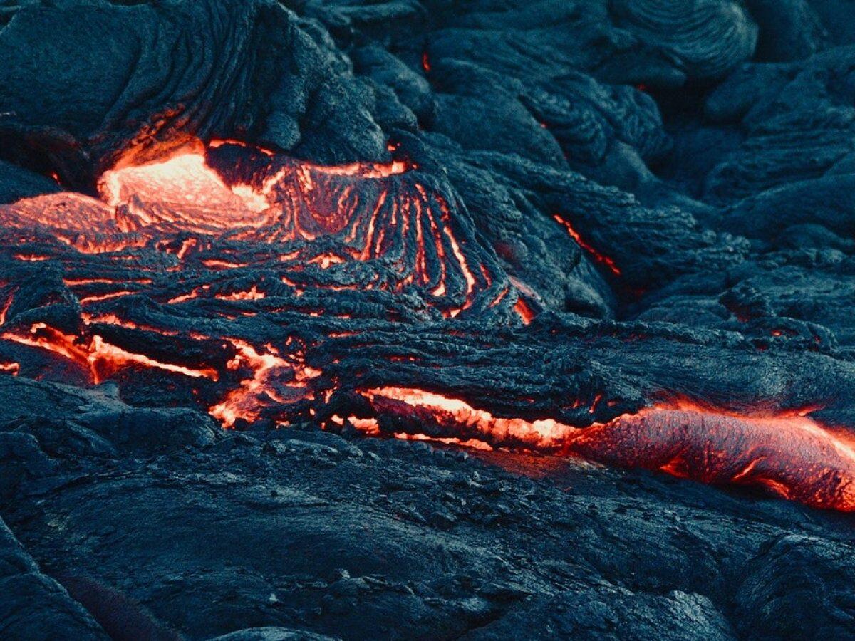Heiße Lava sprudelt aus dem Boden.
