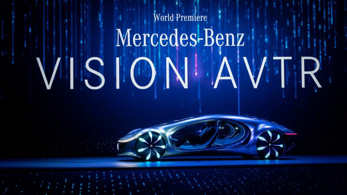 Avatar-Auto von Mercedes steht auf Bühne.