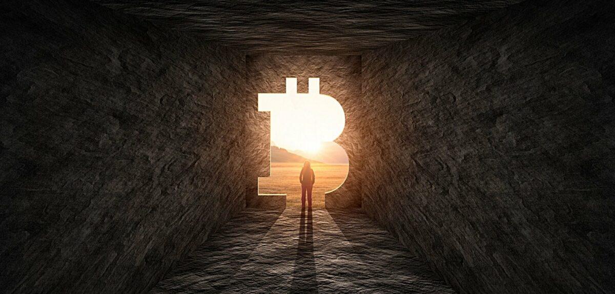 Licht hinter einer Tunnelöffnung in Form des Bitcoin-Logos