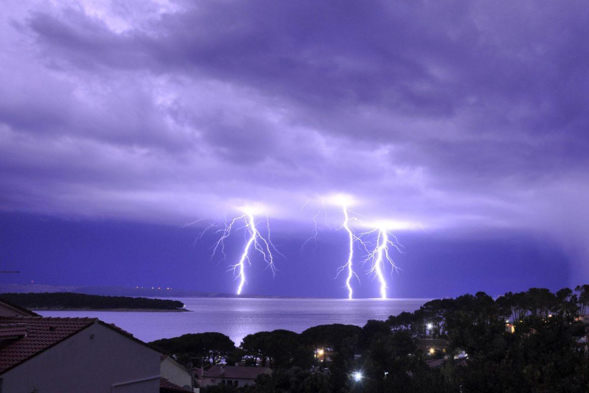 Blitze über dem meer
