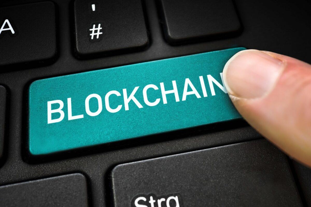 """Das Wort """"Blockchain"""" auf einer Computertastatur."""