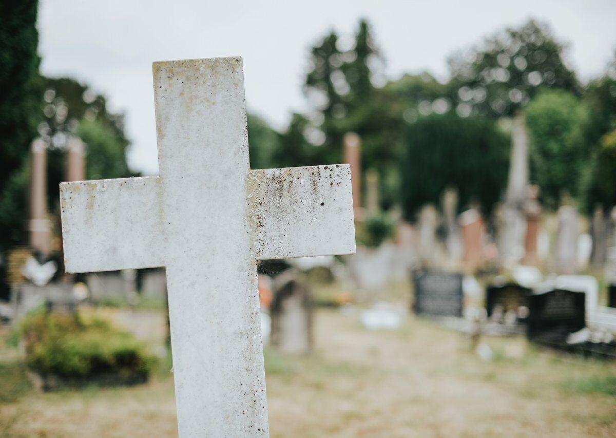 Der Verlust einer geliebten Person ist ein häufiges Thema in Albträumen. Aber auch Verfolgung oder Verspätung sind gängige Szenarien.