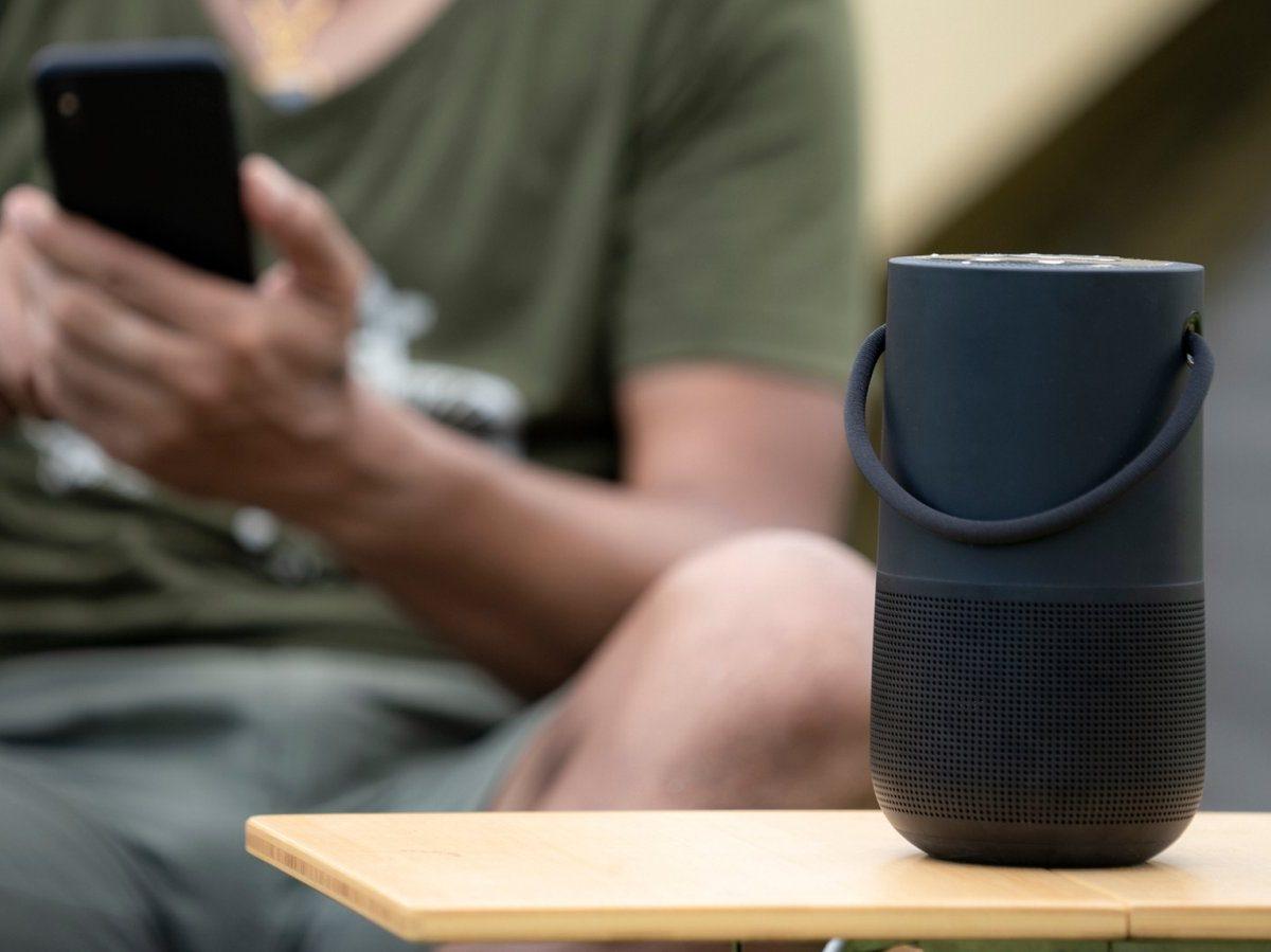 Bluetooth-Lautsprecher auf Tisch
