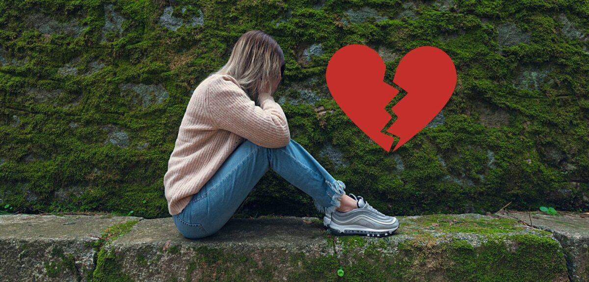 Traurige Frau auf einer Bank.