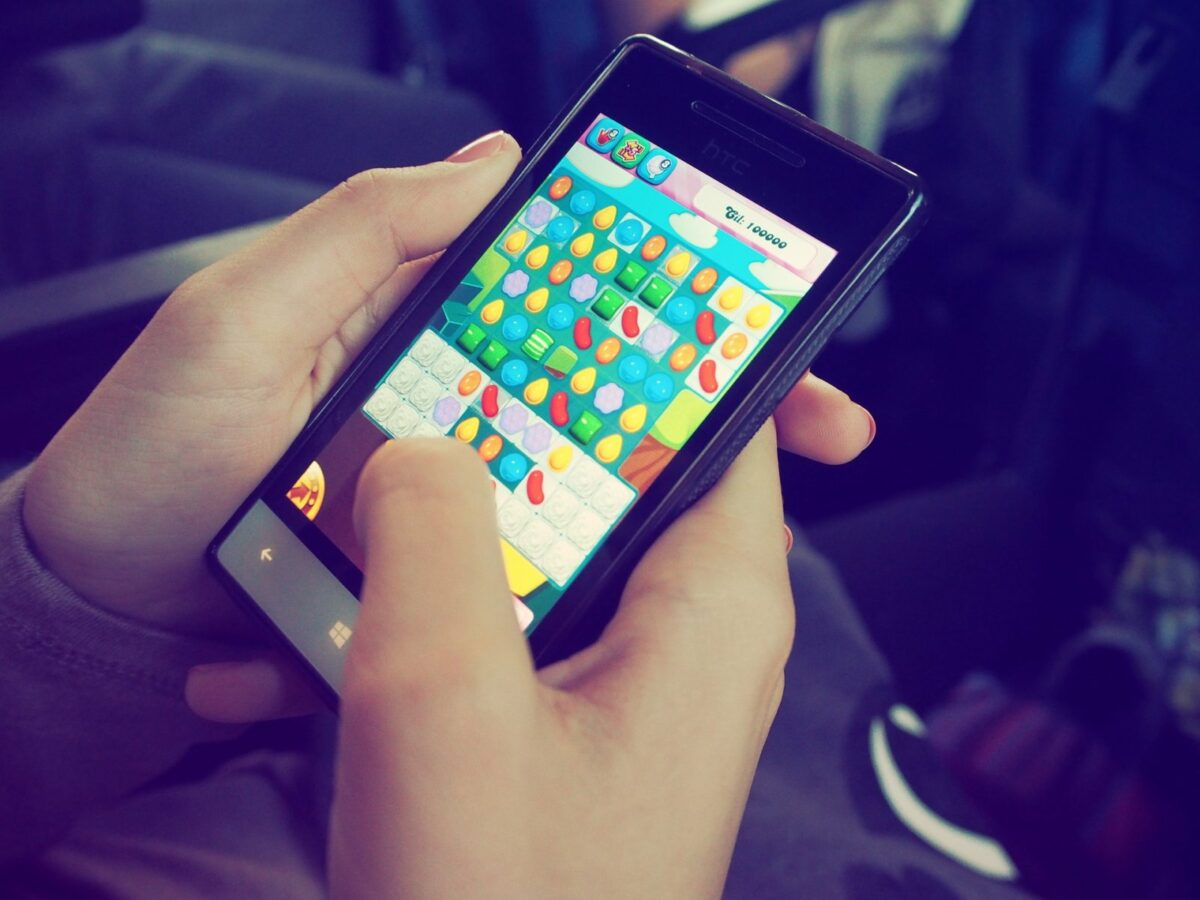 """Die Spiele-App """"Candy Crush"""" auf einem Smartphone."""
