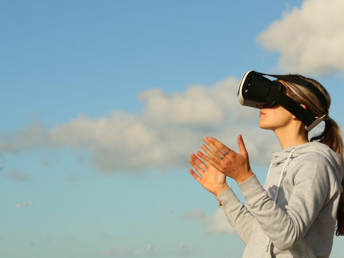 Frau mit einer VR-Brille