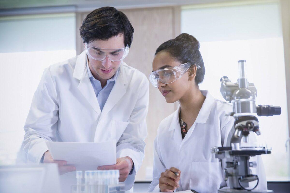 Zwei Menschen im Labor.