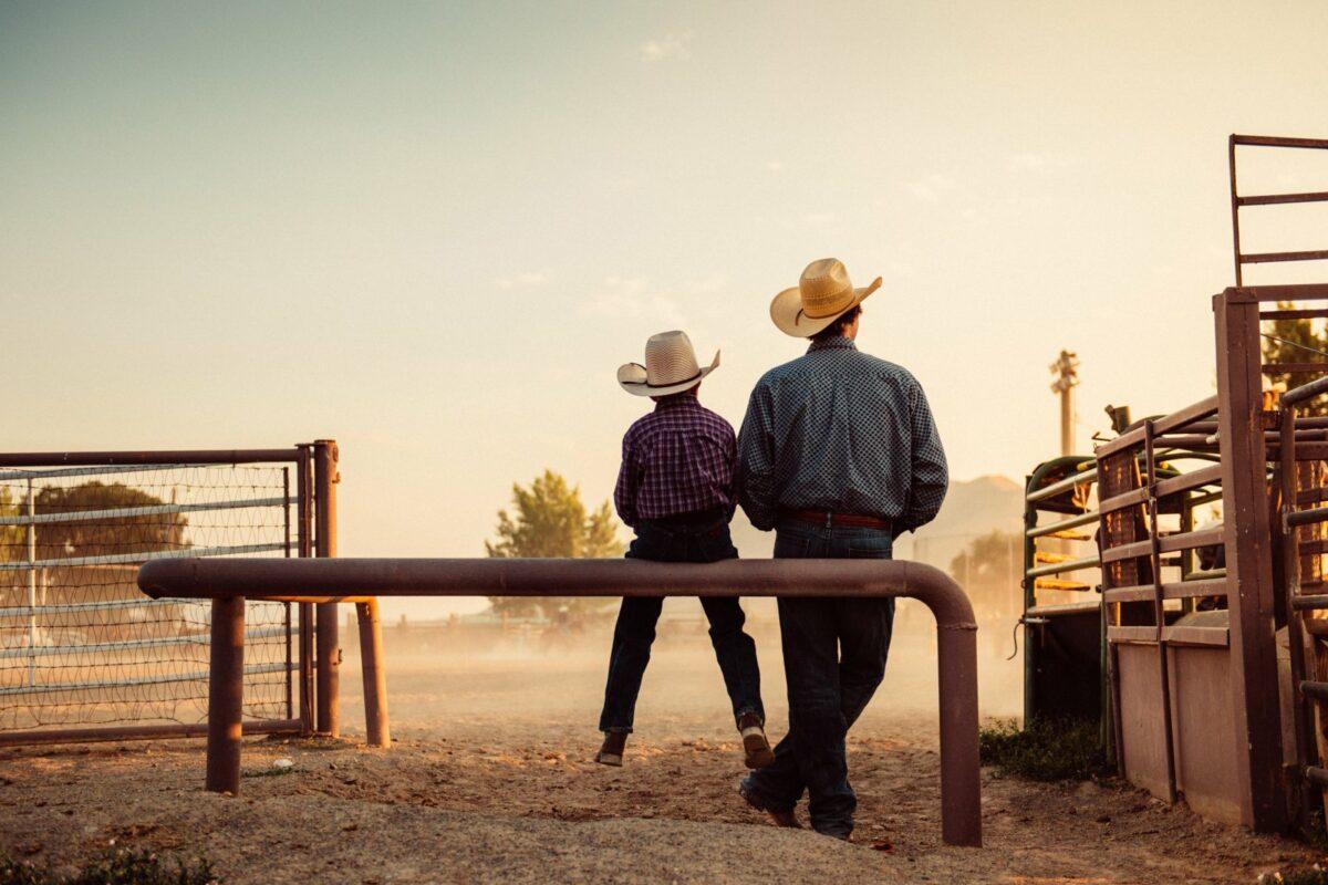 Vater und Sohn in Rodeo arena.