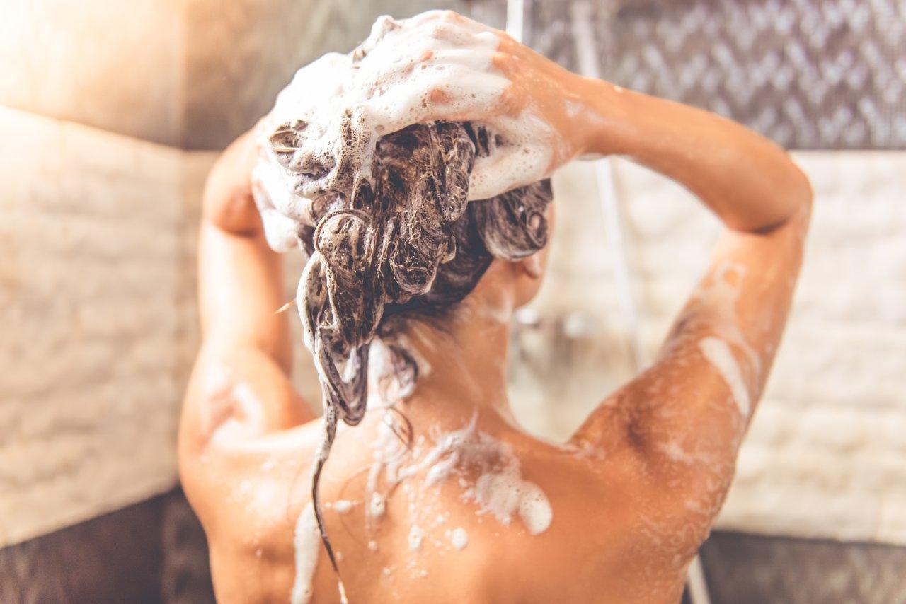 Nasse Körper liebt der Duschvorhang.