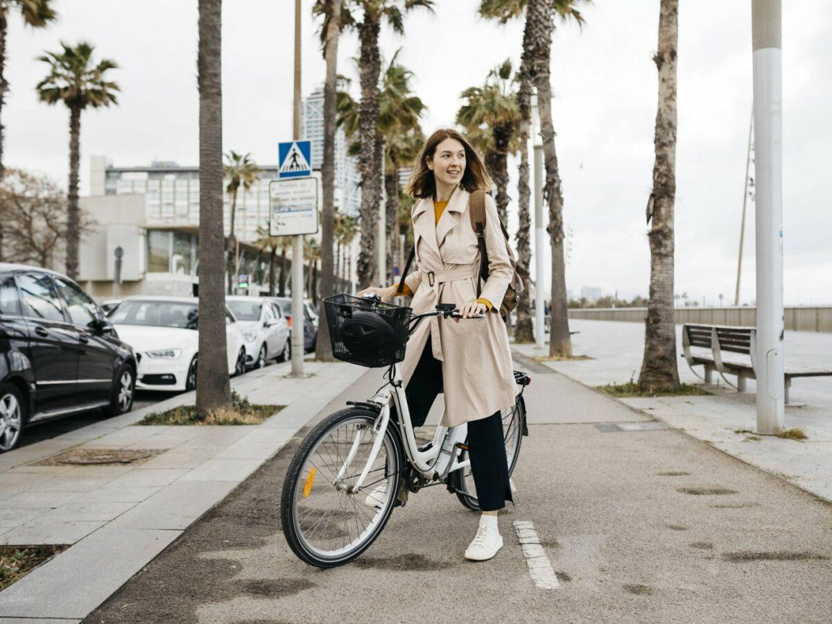 Frau auf einem E-Bike mit Zubehör