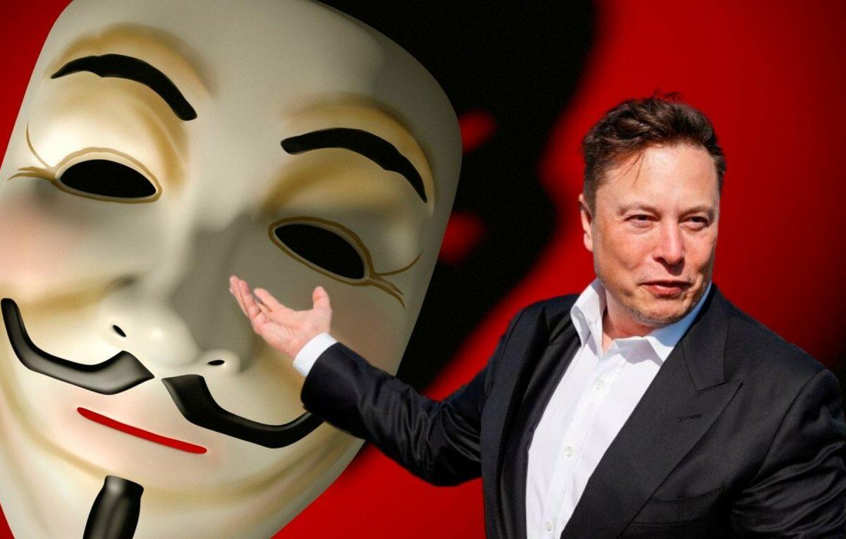 Elon Musk vor einer Guy Fawkes-Maske