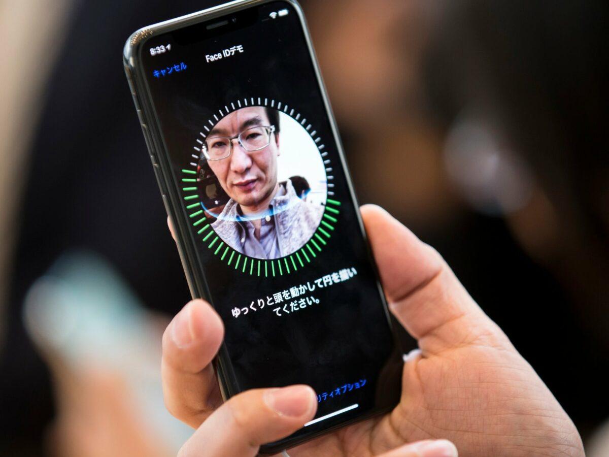 Mann scannt Gesicht mit iPhone