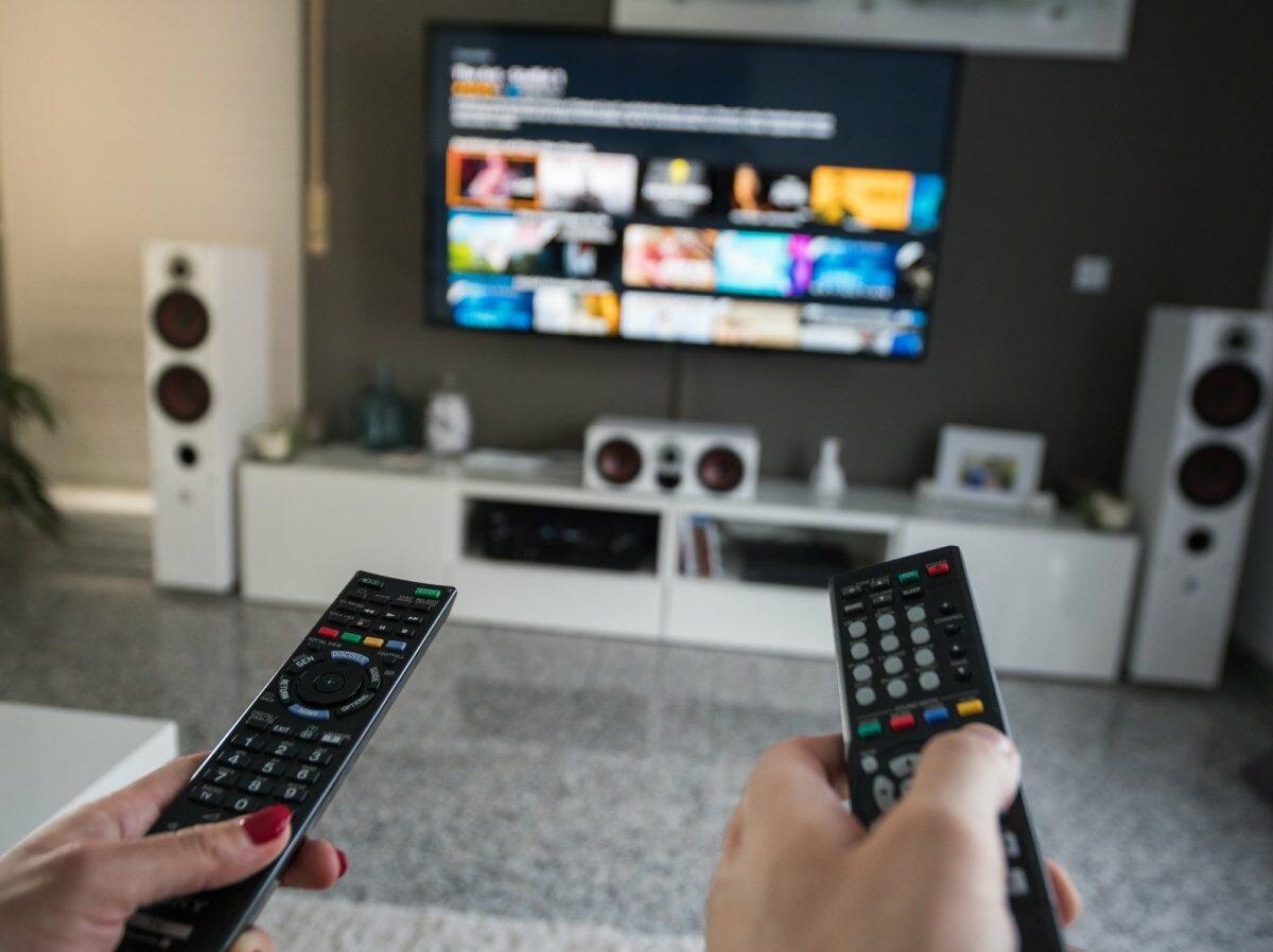 Fernseher und zwei Fernbedienungen.