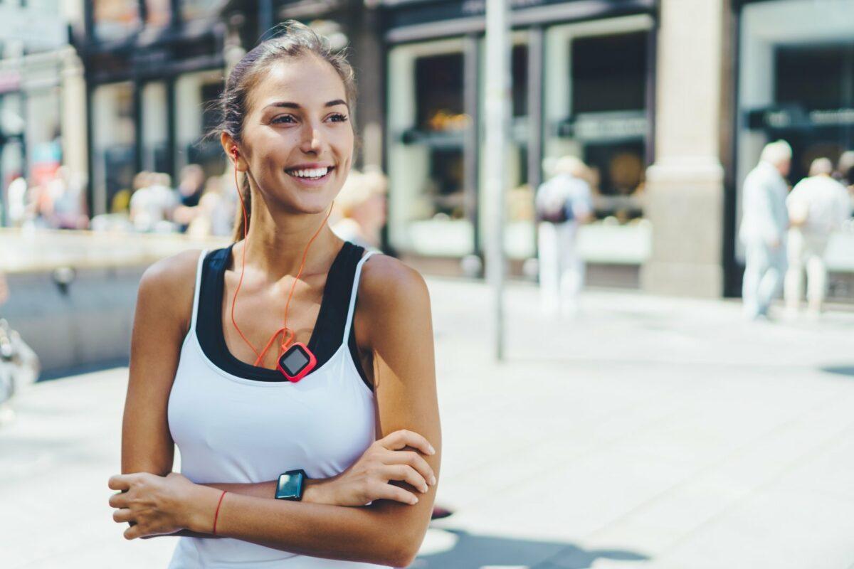 Frau beim Sport mit Fitnesstracker
