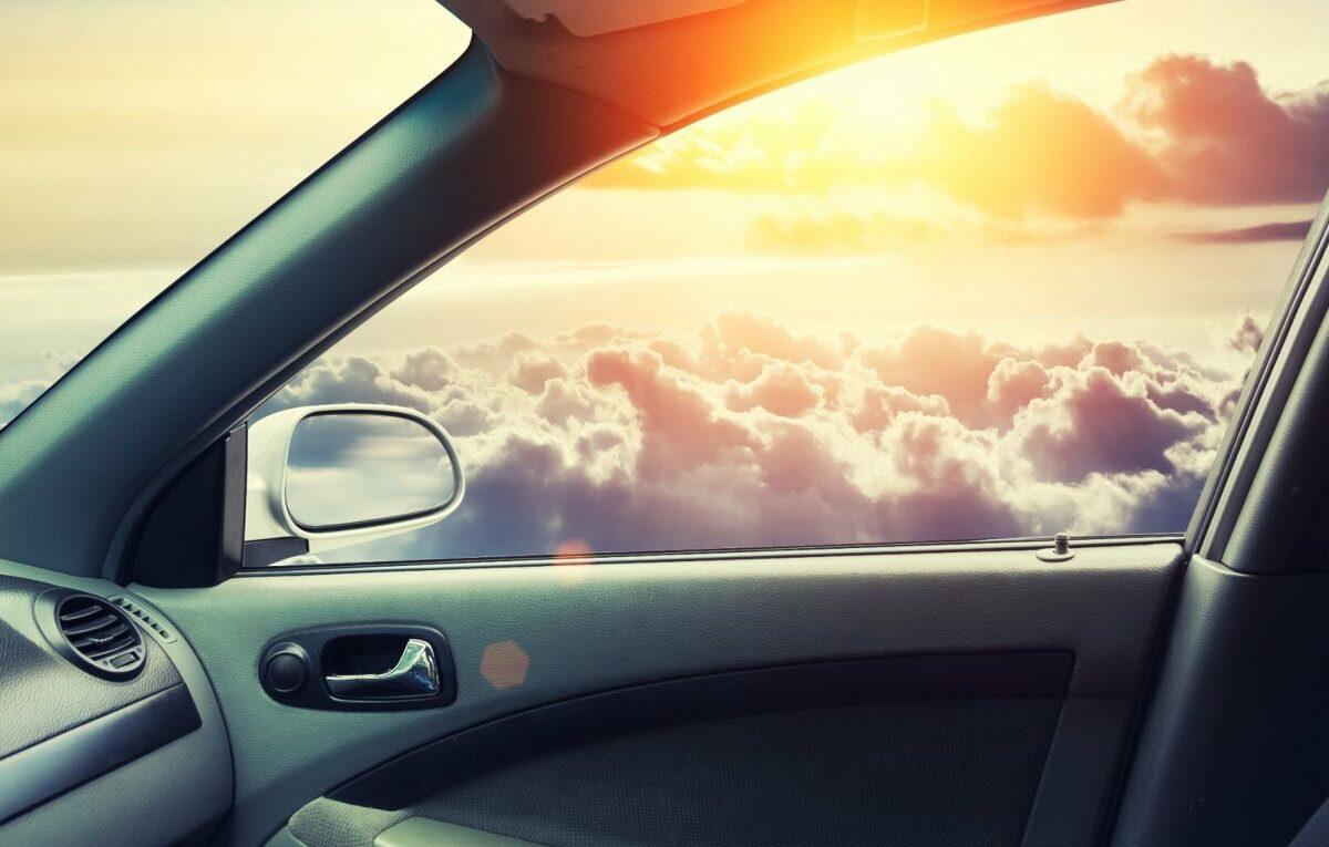 Fliegendes Auto in den Wolken