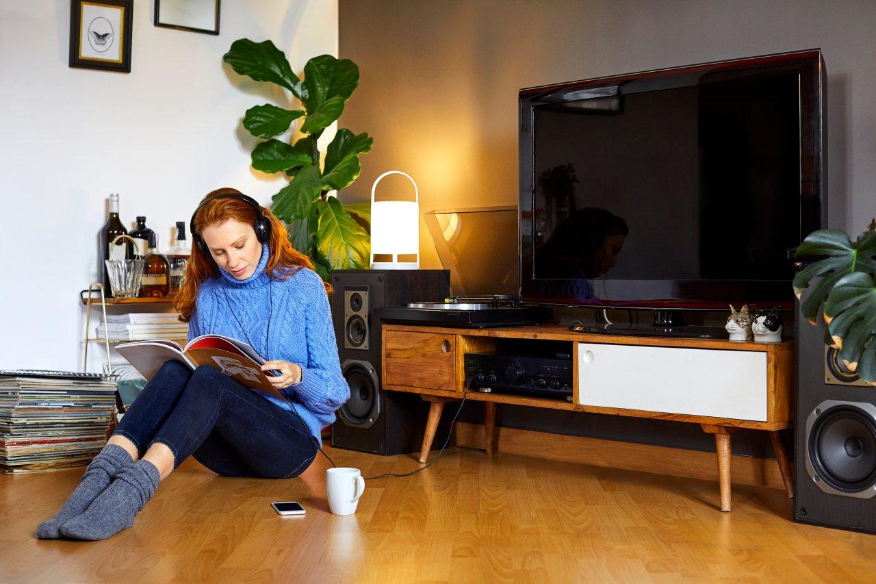Um nicht ständig neben dem Fernseher hocken zu müssen, hol dir einfach einen dieser kabellosen Kopfhörer für Fernseher.