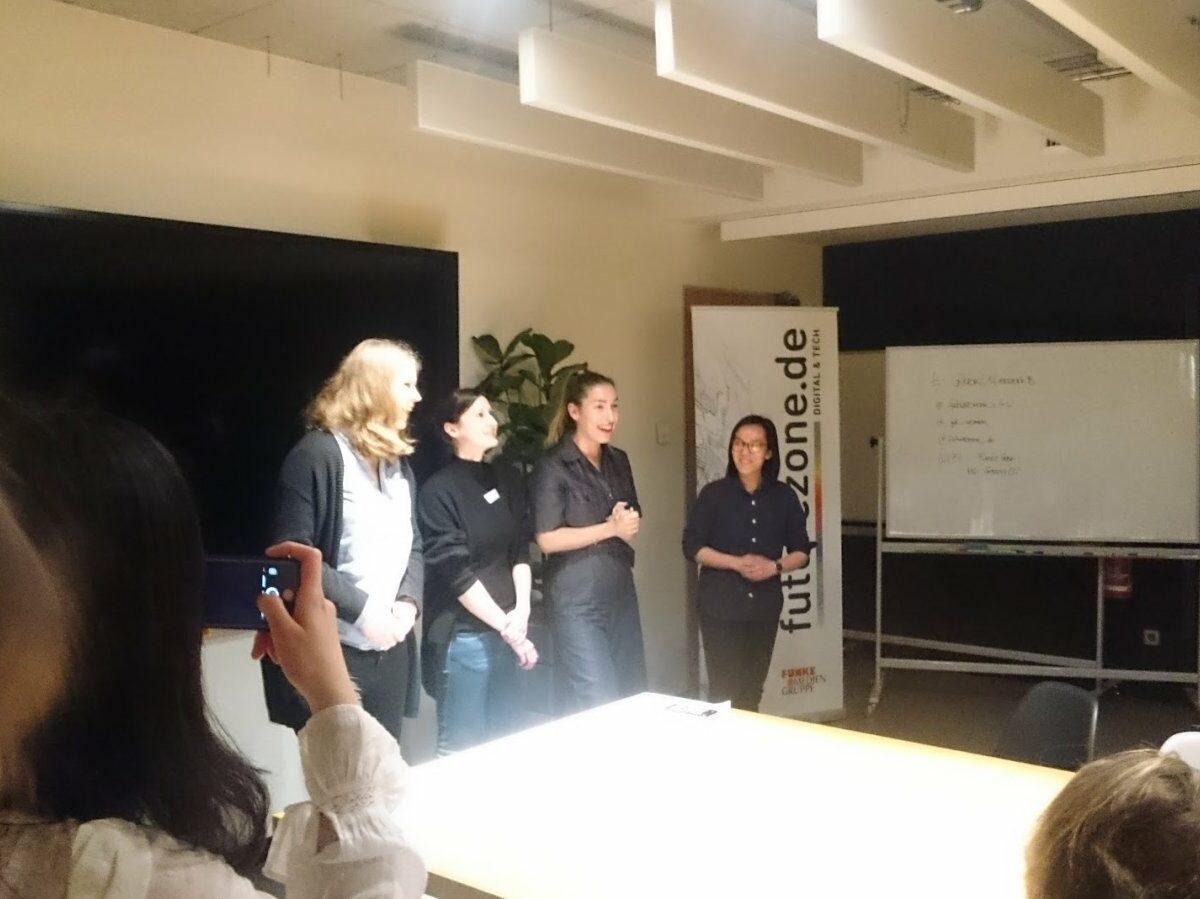 Die futurezone-Redaktion Katharina Nickel und Dana Neumann (von links) mit Tijen Onaran und Global Digital Women-Embassador Kim