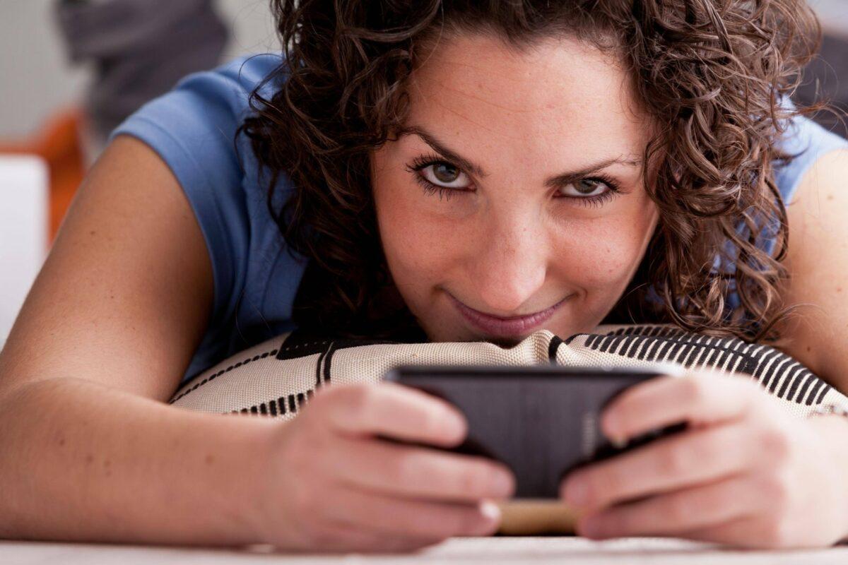 Frau spielt am Handy