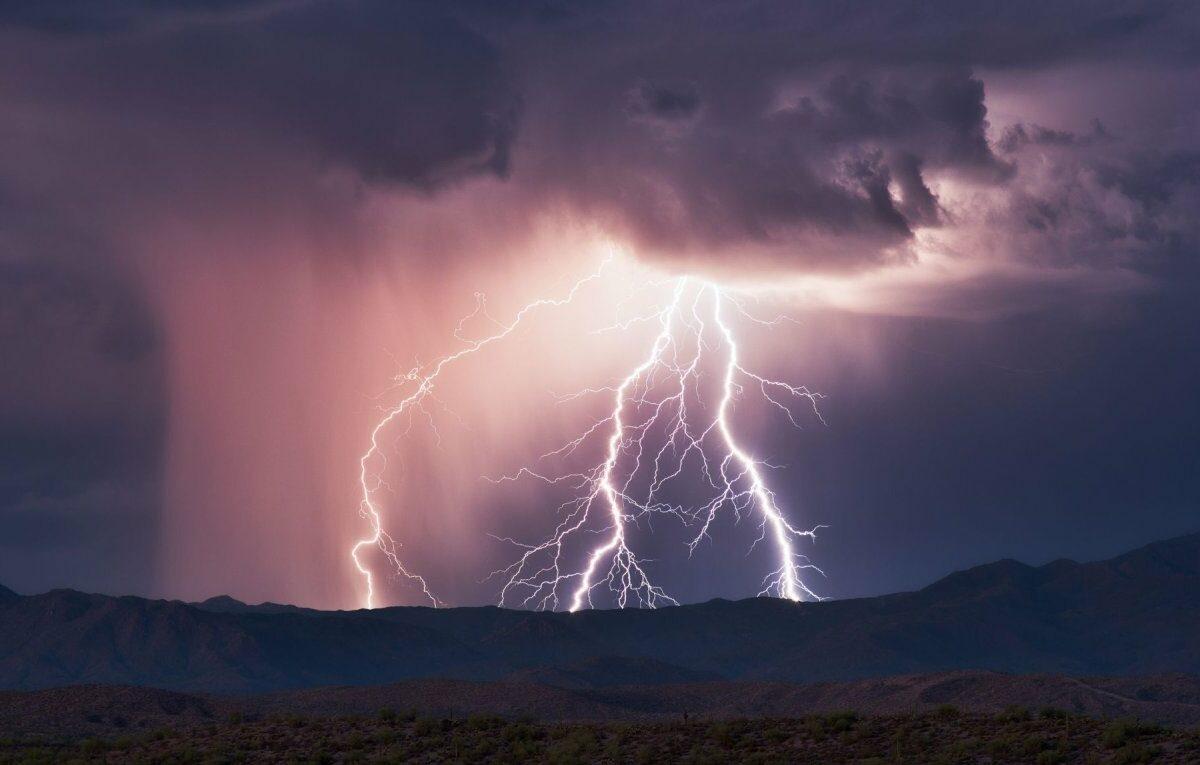 Gewitterblitze und Regenwolken