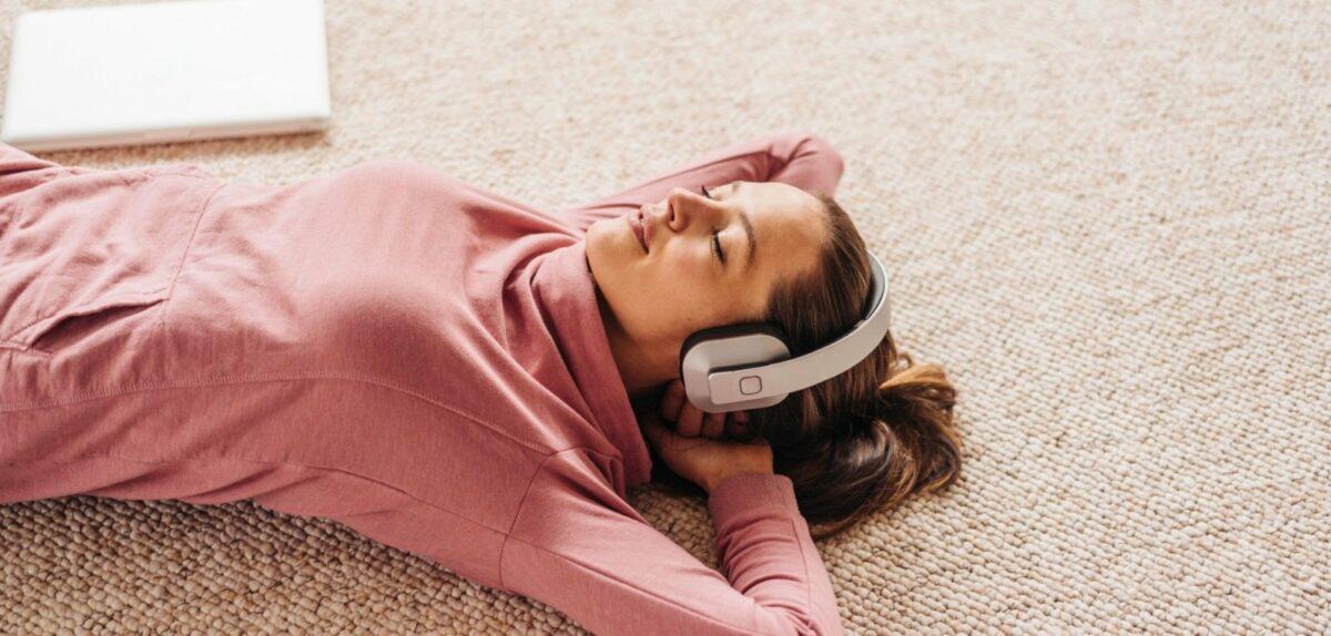 Frau liegt auf einem Teppich