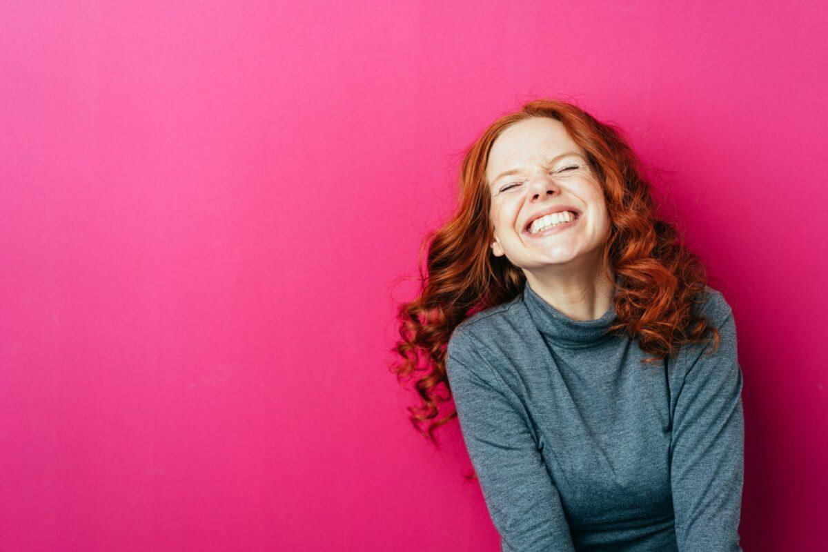 Frau lacht und freut sich.