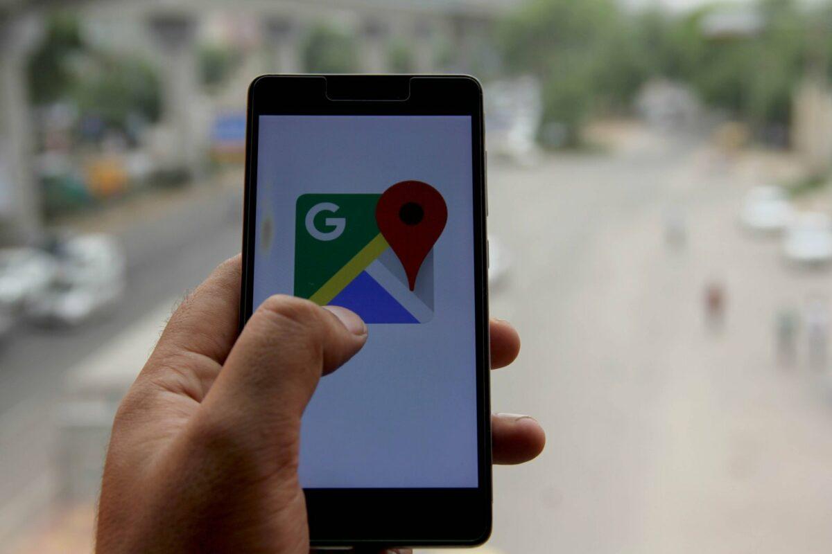 Finger auf GOogle Maps-App
