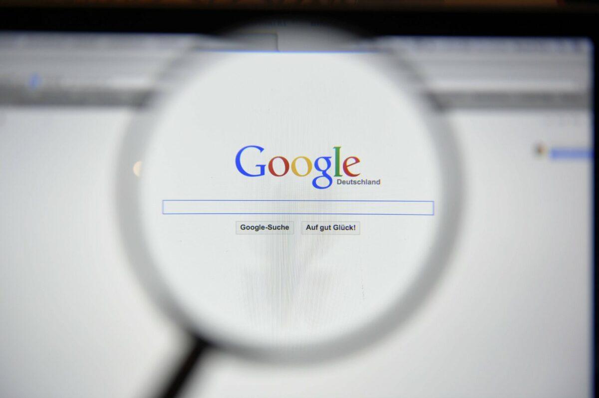 Google-Seite mit Lupe