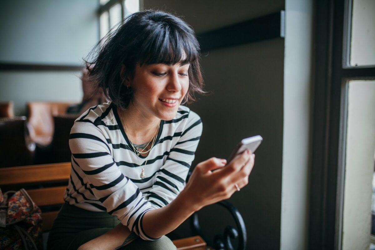 Frau guckt auf Smartphone