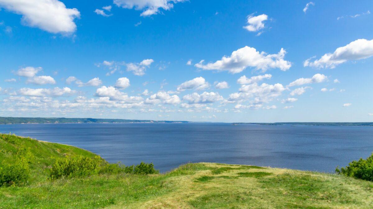 Blauer Himmel mit Meer und Wiese
