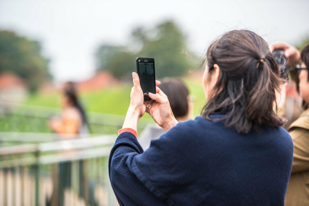 Frau schießt Foto mit Huawei-Handy