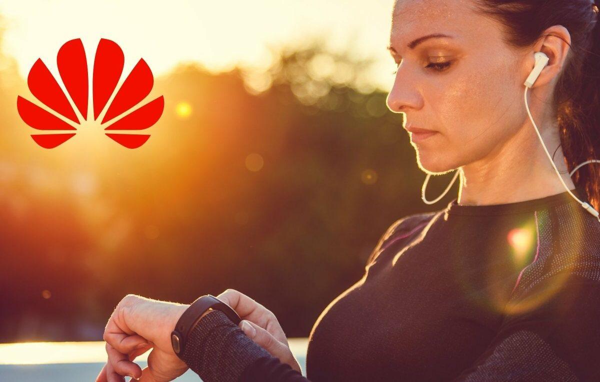 Frau mit Fitness-Armband und Huawei-Logo