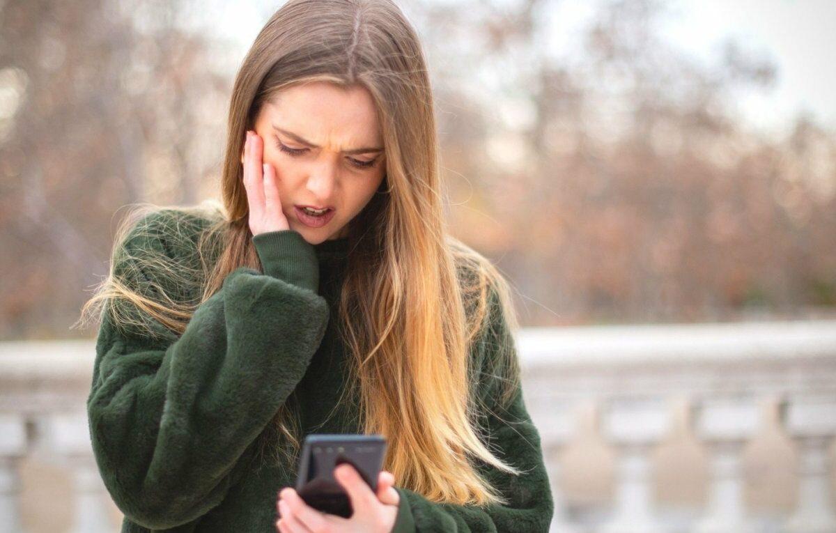 Frau mit Handy