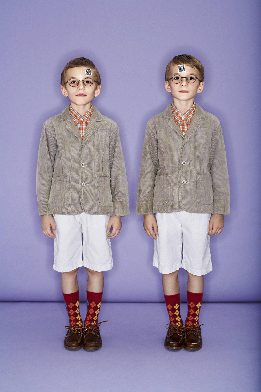 Zwei Kinder mit Strichcodes auf der Stirn