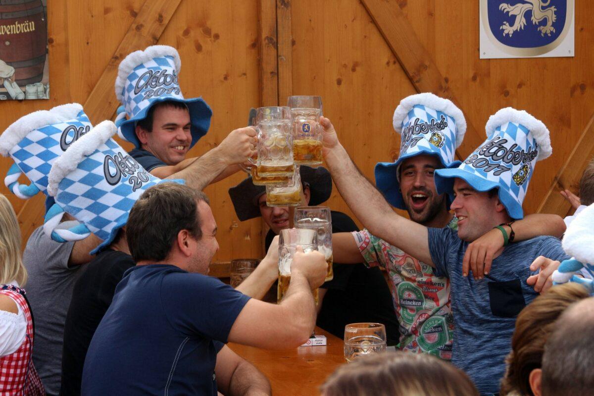 Bier trinkende Menschen auf dem Oktoberfest.