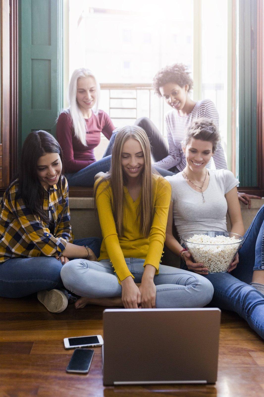 Eine Gruppe Menschen vor einem Laptop.