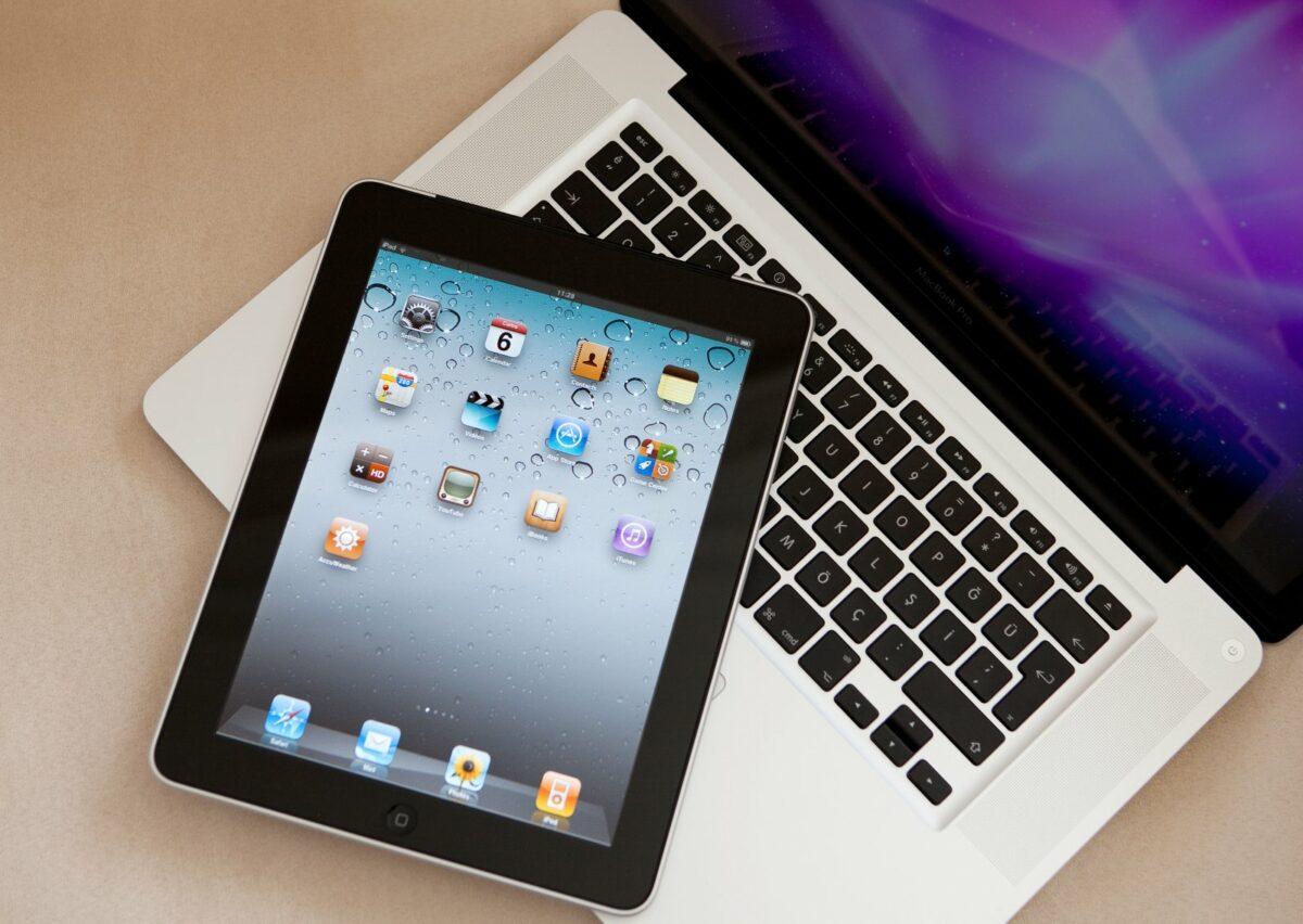 Ein iPad liegt auf einem MacBook.