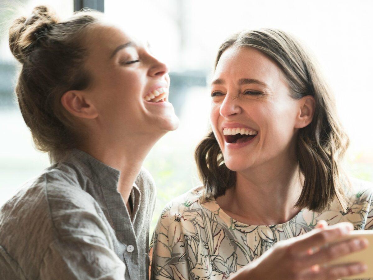 Zwei Frauen lachen mit Handy