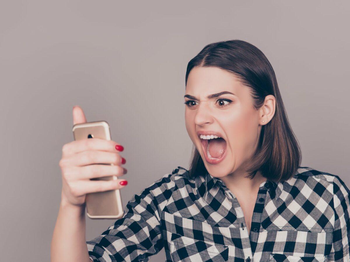 Frau brüllt ihr iPhone an