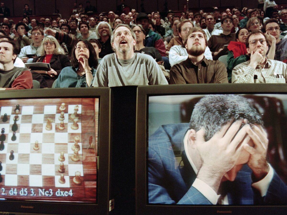 Zwei Montore zeigen ein Schachbrett (links) und Schachweltmeister Garry Kasparov (rechts)