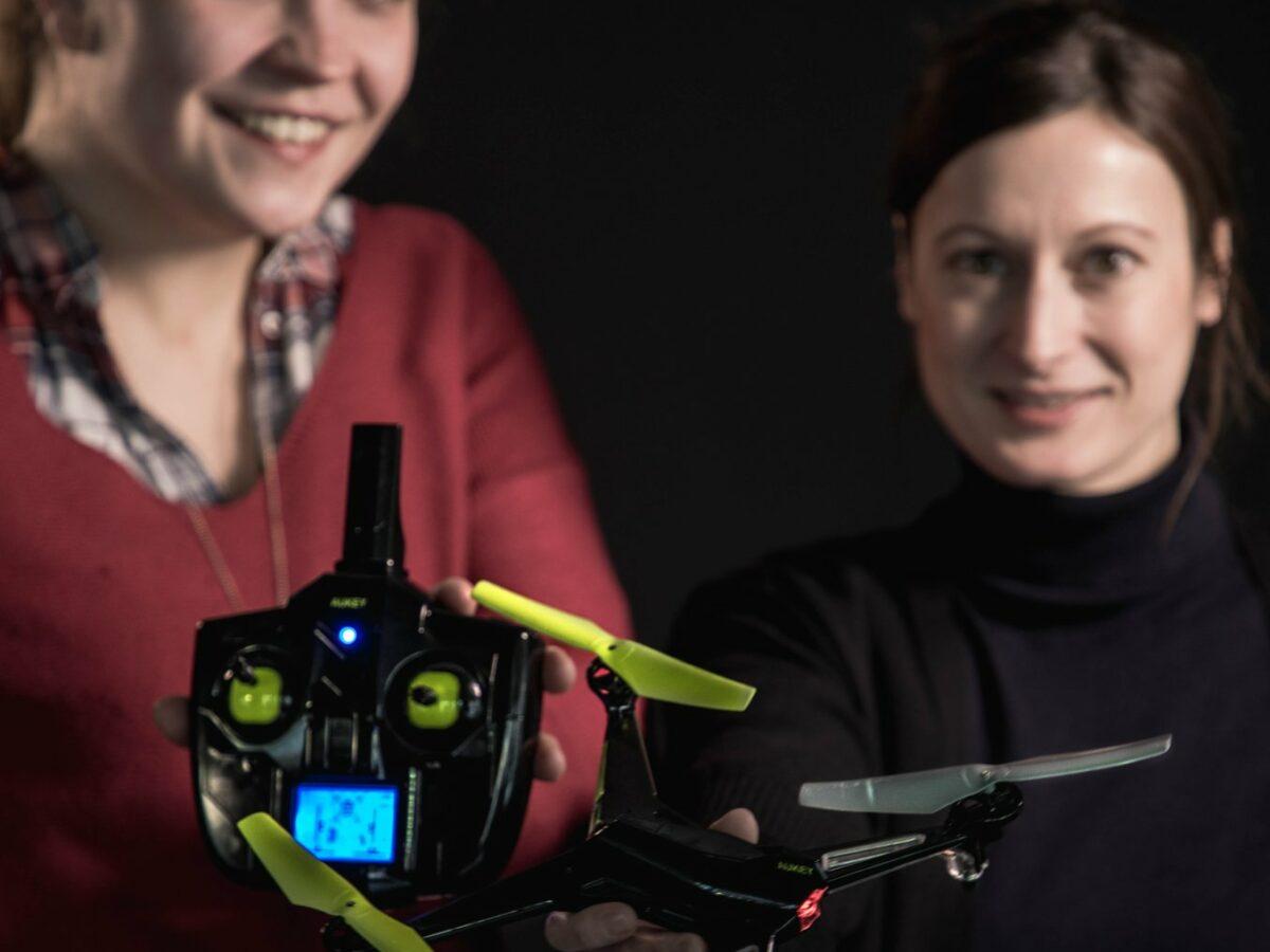 Katharina und Dana halten eine Drohne samt Controller in die Kamera