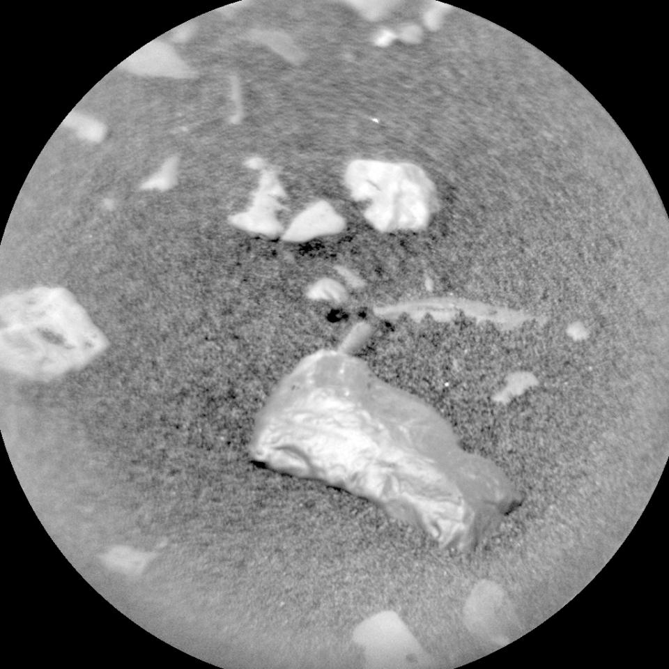 Dieses schimmernde Objekt auf dem Mars hielten NASA-Forscher für einen Meteoriten.