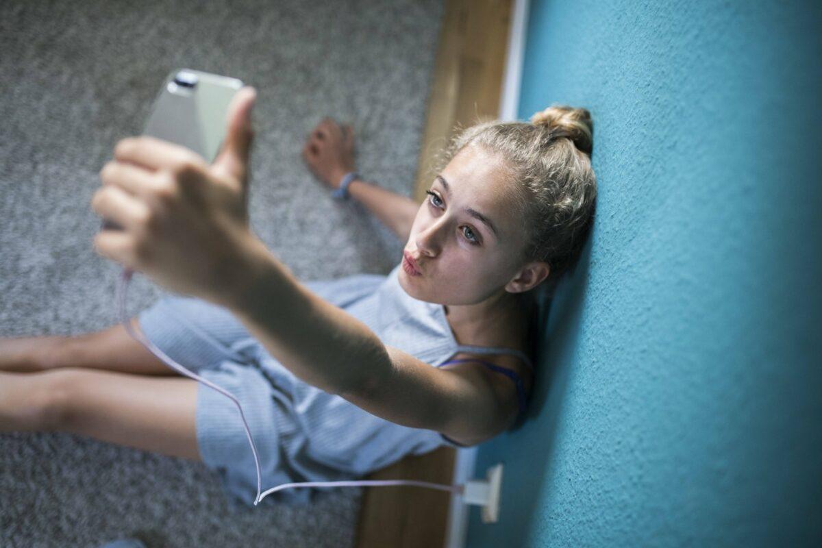 Teenager-Mädchen macht ein Selfie mit ihrem Smartphone.