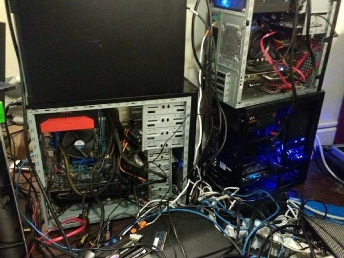 Zahlreiche Rechner im Zimmer eines Studentenwohnheims