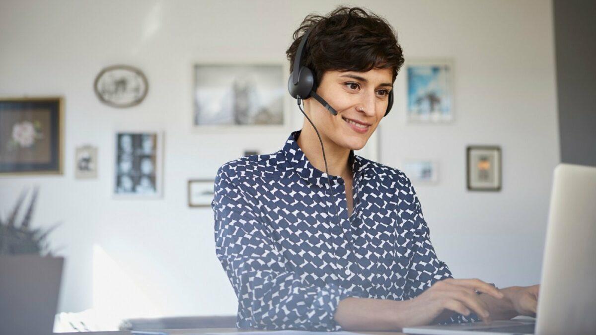 Frau mit Headset.