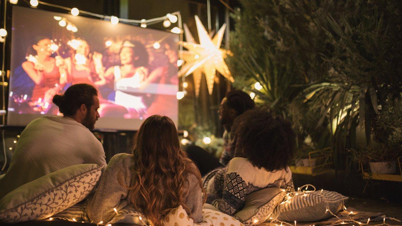 Mach dir doch einfach mal einen gemütlichen Filmeabend zusammen mit Freunden.