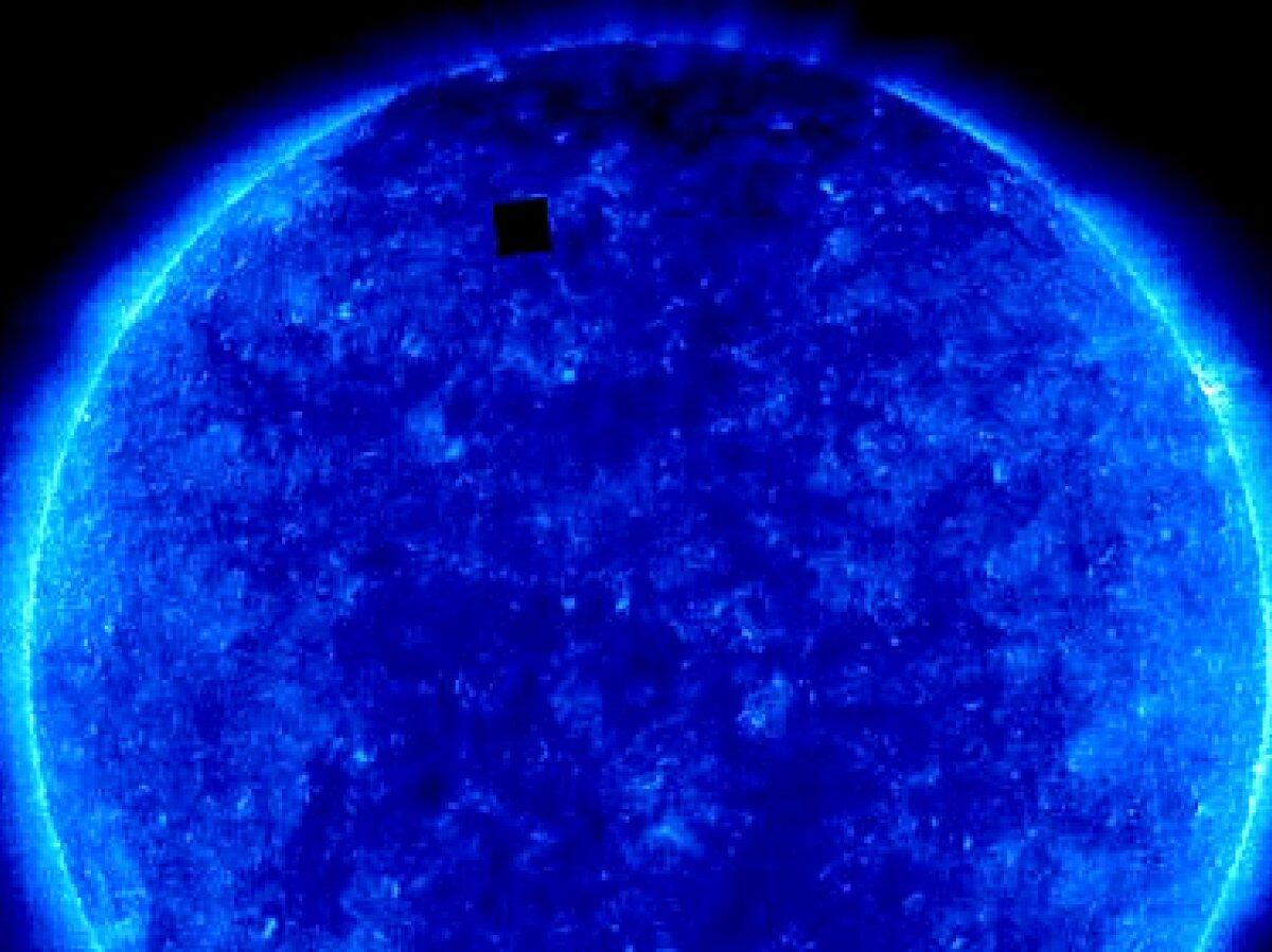 Ein NASA-Bild der Sonne. Am oberen linken Rand befindet sich ein schwarzes Quadrat.