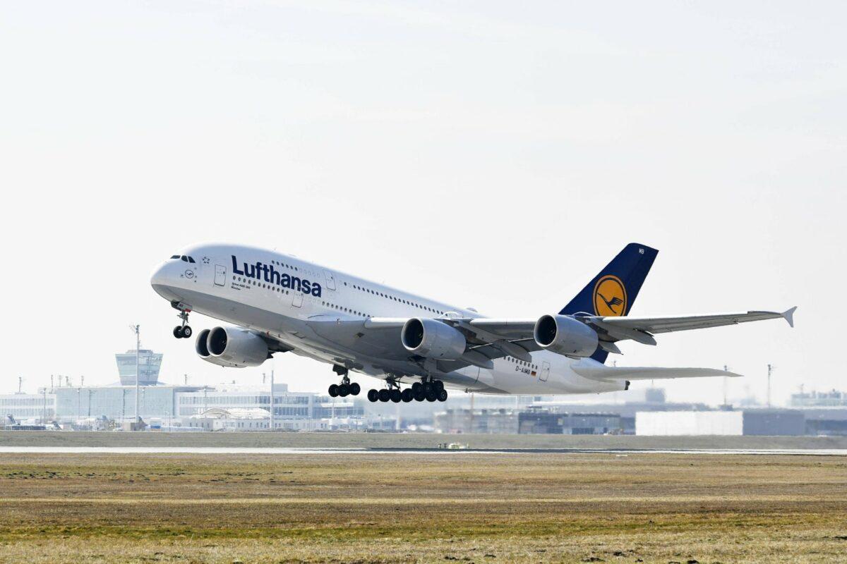Ein startendes Flugzeug.