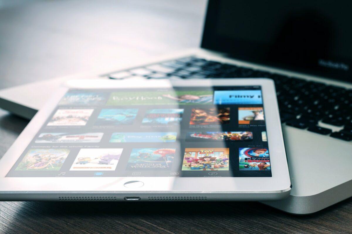 Tablet mit Filmen und Serien