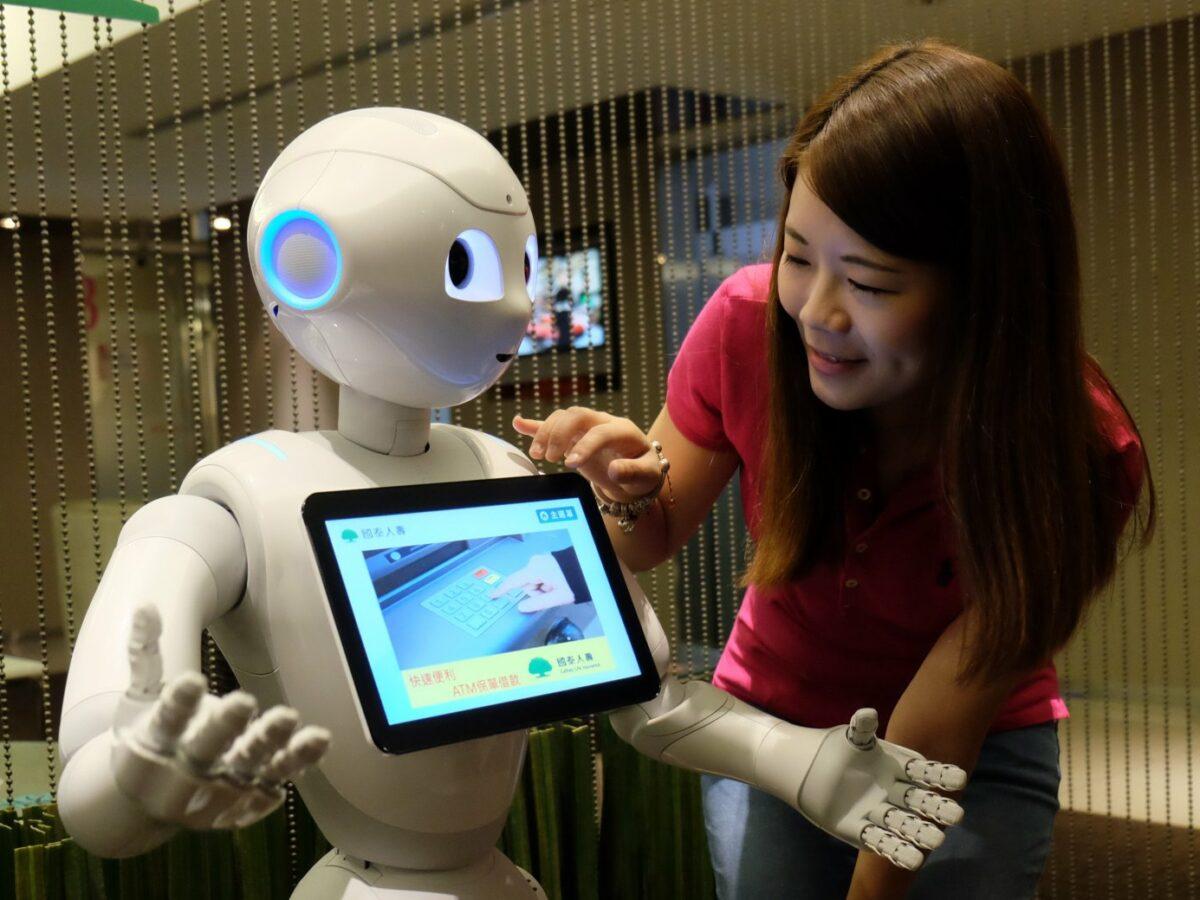 Roboter Pepper mit einer Frau