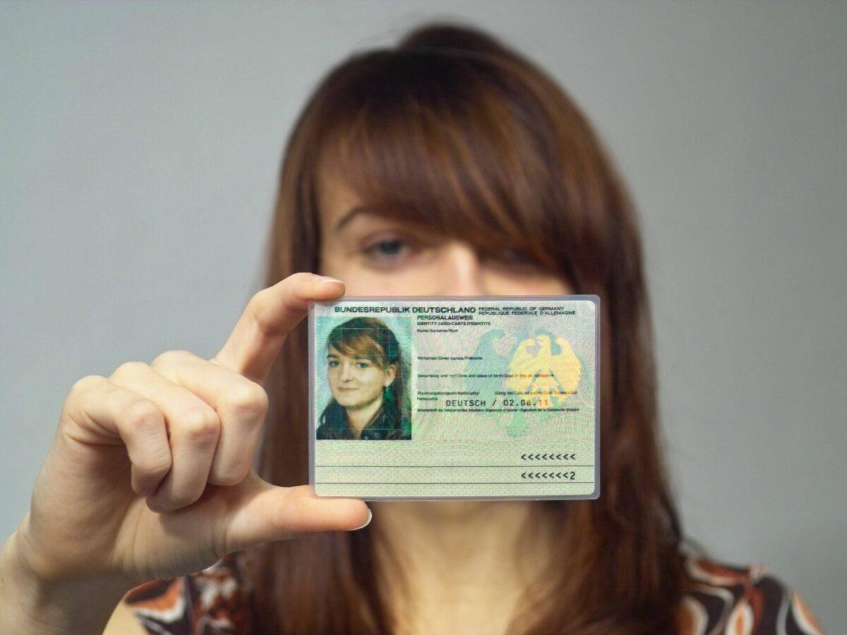 Frau mit Personalausweis